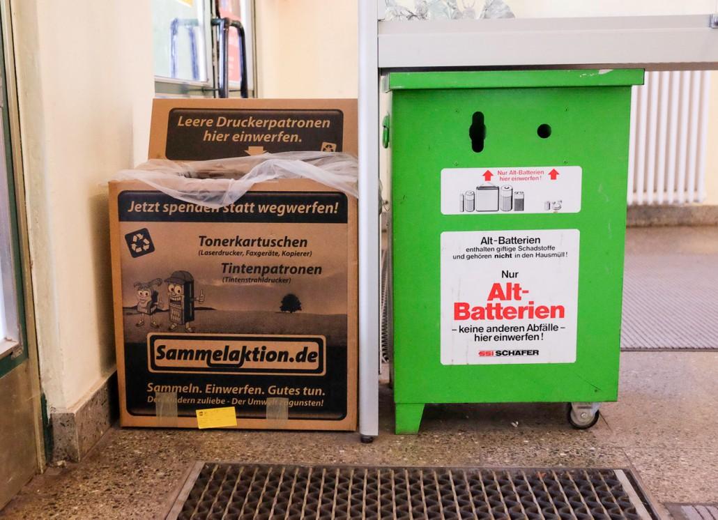 Manche Dinge gehören einfach nicht in den Hausmüll. Direkt am Haupteingang der Schule finden Sie unsere Behälter für Tonerkartuschen, Tintenpatronen und Altbatterien.
